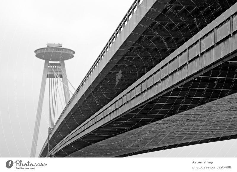 UFO Wolken Wetter schlechtes Wetter Wind Nebel Regen Schnee Schneefall Bratislava Slowakische Republik Stadt Verkehr Verkehrswege Straße Brücke hoch grau