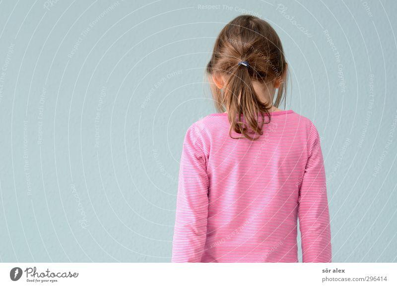 Selbstporträt Mensch Kind blau Mädchen feminin Haare & Frisuren Kopf rosa Kindheit Rücken Bekleidung T-Shirt Stoff Zopf Hinterkopf dunkelblond