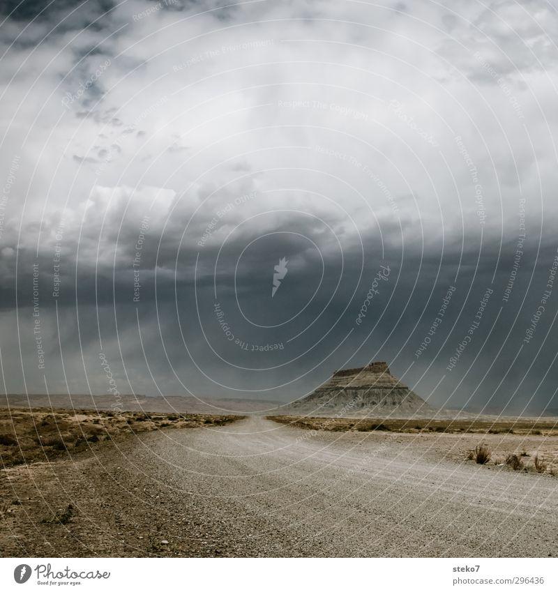 Highway 24 Gewitterwolken schlechtes Wetter Regen Felsen Berge u. Gebirge Wüste Schotterstraße braun grau Einsamkeit Endzeitstimmung Ferne Utah Reisefotografie
