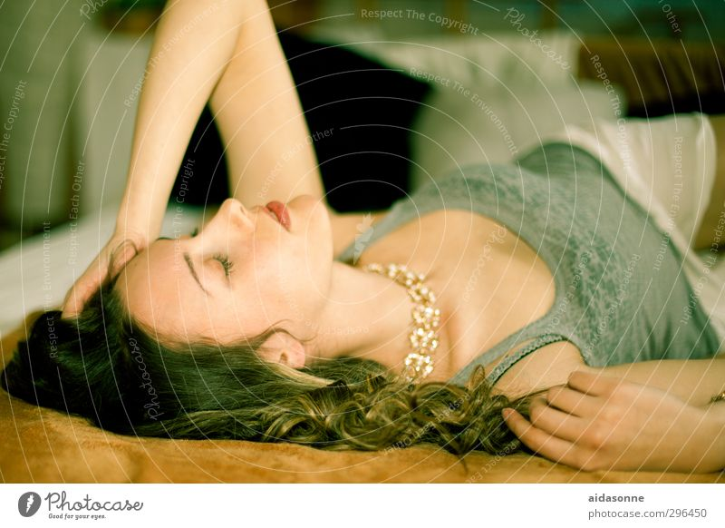 Liegende Frau Mensch Frau Jugendliche Junge Frau Erwachsene feminin 18-30 Jahre Körper Wohnung schlafen Bett Erschöpfung