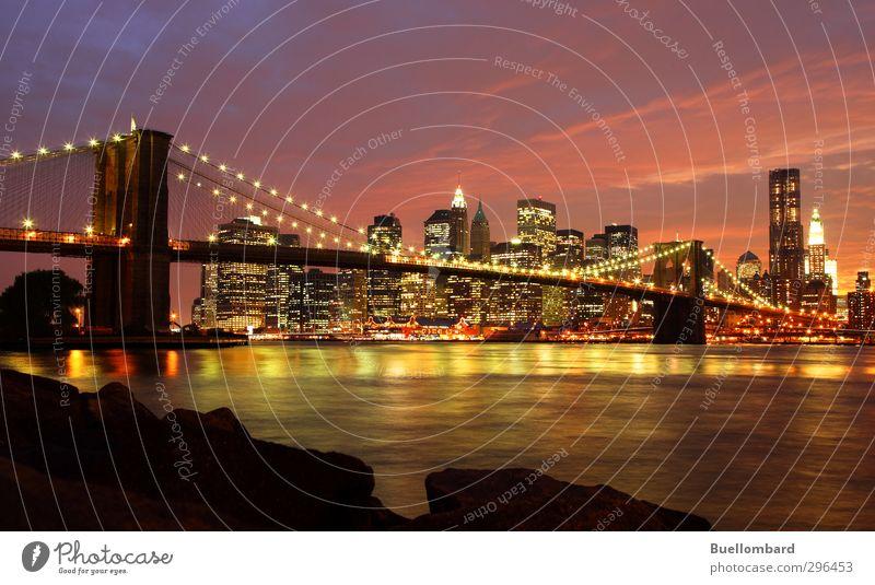 New York Brooklyn Bridge am Abend Stadt Haus gelb Architektur Gebäude Felsen rosa Hochhaus Brücke USA violett Bauwerk Skyline Verkehrswege Wahrzeichen