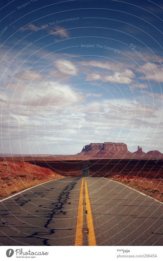 monumen-tal. Landschaft Freiheit Amerika USA Wilder Westen Straße geradeaus Monument Valley Felsen Felsplateau monumental Tafelberg Steppe Savanne Western