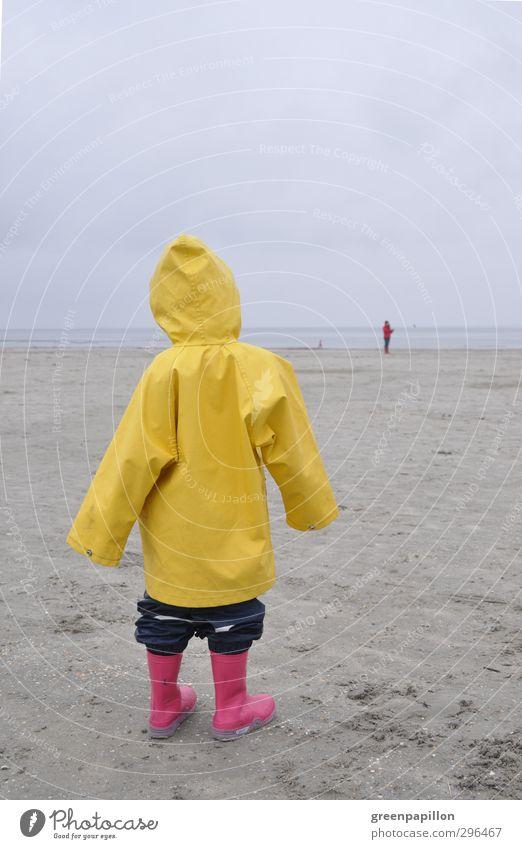 Schietwetter - Mädchen im Friesennerz hat Fernweh Mensch Kind Ferien & Urlaub & Reisen Strand Erholung Umwelt feminin Gesundheit träumen Wetter Kindheit