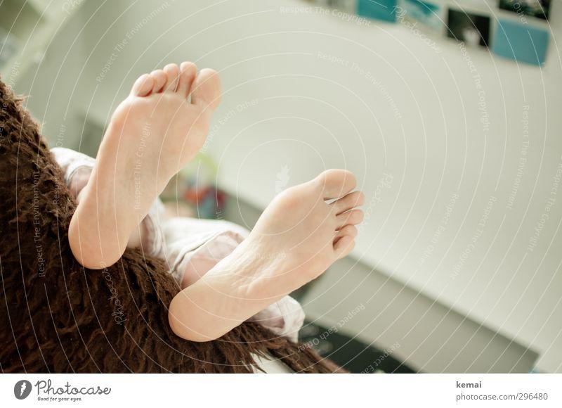 Ab morgen Strand! Häusliches Leben Wohnung Raum Schlafzimmer Mensch feminin Frau Erwachsene Fuß Fußsohle Zehen 1 30-45 Jahre liegen nackt Lebensfreude ruhig