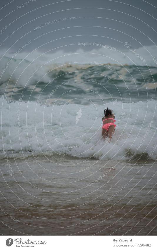 Einfach mal reinspringen Mensch Himmel Natur Jugendliche Ferien & Urlaub & Reisen grün Wasser Sommer Meer Wolken Strand Junge Frau Erwachsene feminin 18-30 Jahre Küste