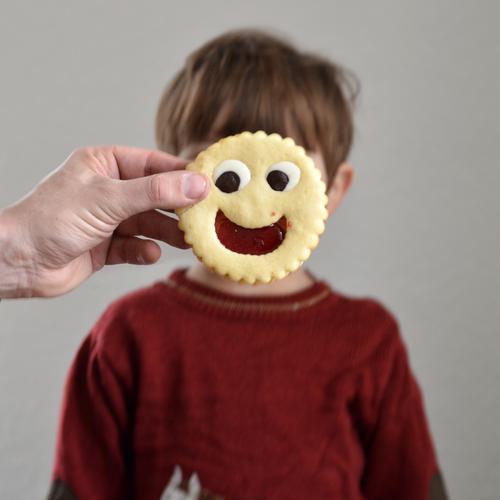 Keks des Tages Lebensmittel Teigwaren Backwaren Kuchen Süßwaren Schokolade Marmelade Ernährung Kaffeetrinken Mensch Kind Kleinkind Junge Kindheit Gesicht 1