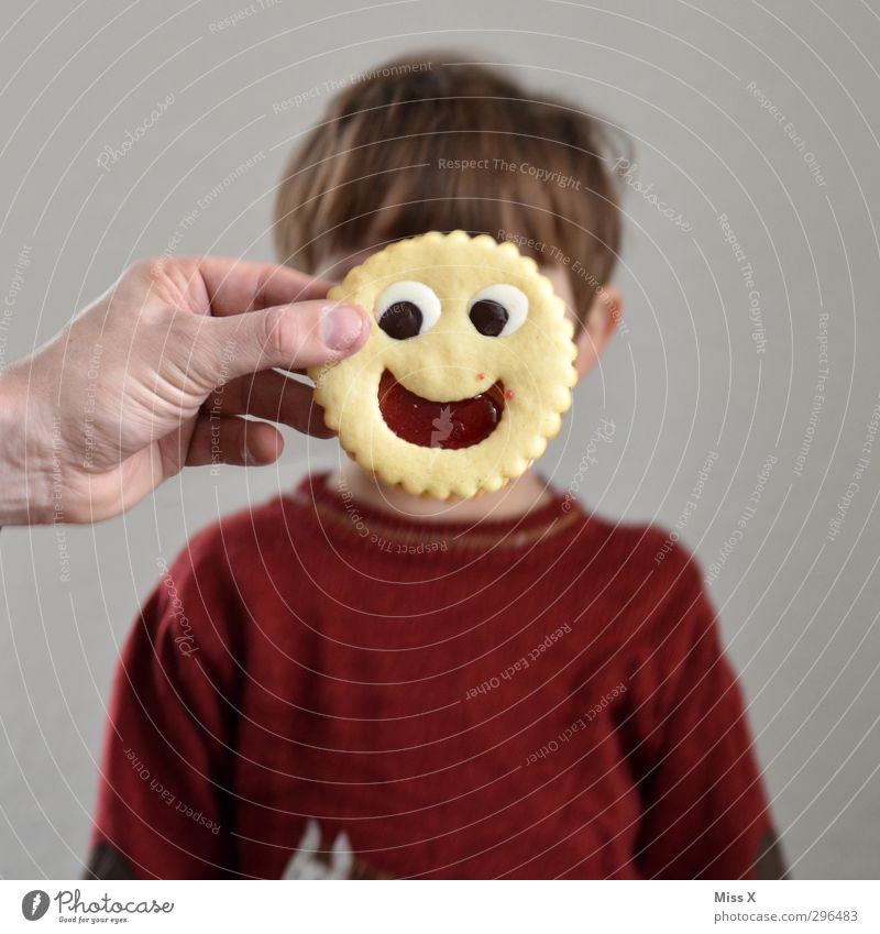 Keks des Tages Mensch Kind Freude Gesicht Gefühle lachen Junge lustig Glück Lebensmittel Kindheit Lächeln Fröhlichkeit Ernährung süß Lebensfreude