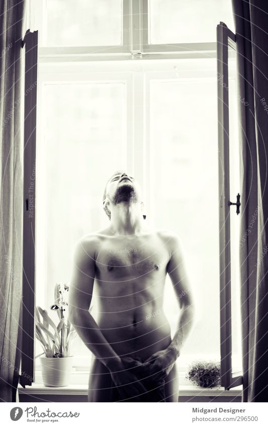 Am Fenster II Mensch Jugendliche nackt Erwachsene Erotik 18-30 Jahre Autofenster Denken natürlich Körper maskulin Kraft Sex ästhetisch Abenteuer Fitness