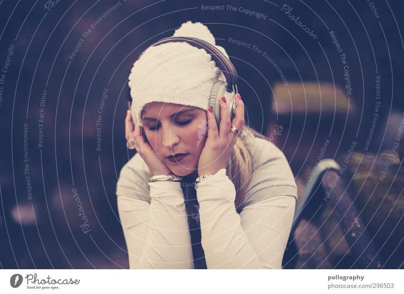 feel the music II Mensch Frau Jugendliche Einsamkeit ruhig Erholung Junge Frau Erwachsene Leben feminin Gefühle 18-30 Jahre Glück Kopf Garten träumen