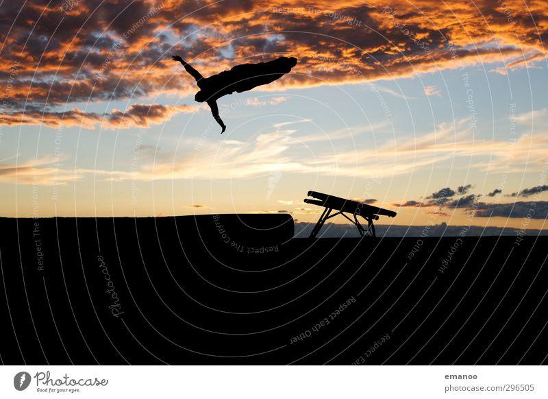 Minitramp Abendsport Mensch Frau Himmel Natur Jugendliche blau schön Freude Wolken Erwachsene Sport Freiheit Stil springen orange Körper