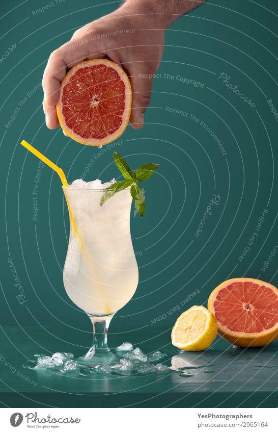 Limonaden-Kaltgetränk mit Grapefruit-Aroma Frucht Diät Getränk Erfrischungsgetränk Saft Sommer saftig gelb grün aromatisch Blauer Hintergrund Zitrusfrüchte