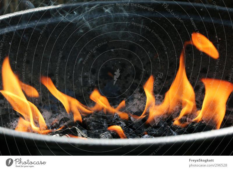 Grillzeit! Freude Freizeit & Hobby Feuer Frühling Sommer Holz gelb orange rot schwarz silber Warmherzigkeit Neugier Angst Abenteuer Kontrolle heiß Rauch Kohle