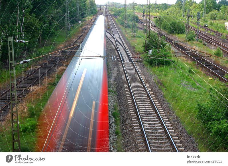 Zug-Spitze Eisenbahn Gleise Schnellzug Bewegungsunschärfe Geschwindigkeit Verkehr Brücke Bahnhof