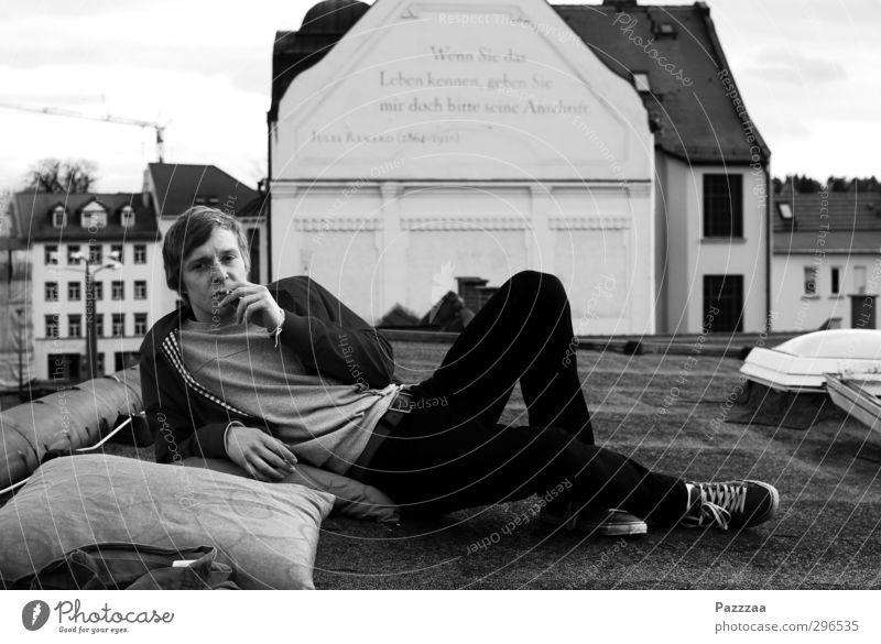 Rumlungern Jugendliche Stadt Erholung Erwachsene Junger Mann Freiheit 18-30 Jahre Stil Mode maskulin Zufriedenheit Lifestyle Coolness Dach Rauchen Jugendkultur