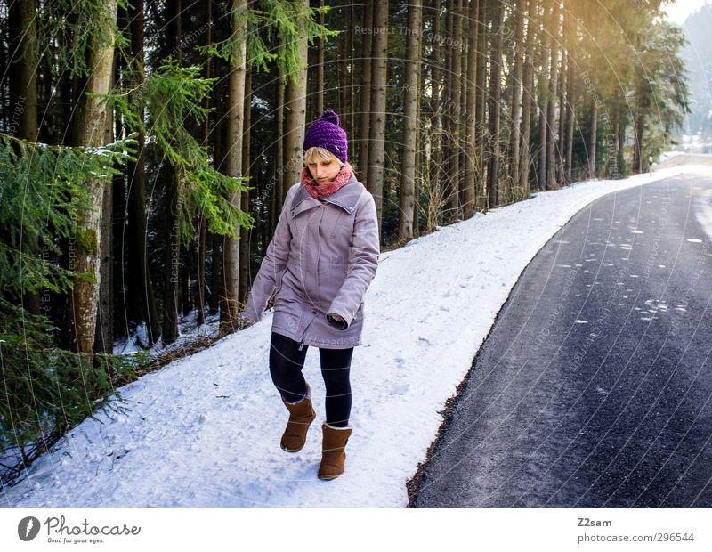Spaziergang Jugendliche Ferien & Urlaub & Reisen Einsamkeit Landschaft Winter Erholung Junge Frau Erwachsene kalt Schnee Straße feminin Bewegung Wege & Pfade