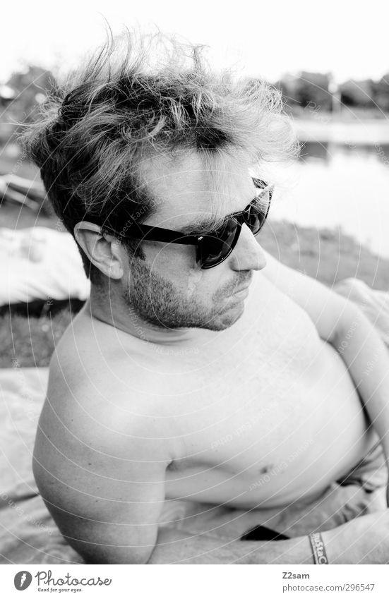 Isarchiller Lifestyle Stil maskulin Junger Mann Jugendliche 1 Mensch 18-30 Jahre Erwachsene Natur Landschaft Sommer Seeufer Flussufer Sonnenbrille