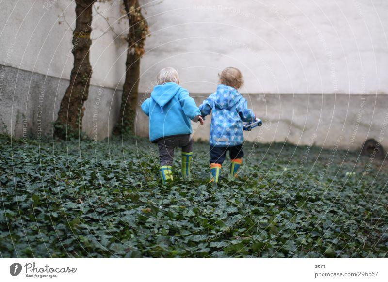 freunde Freizeit & Hobby Spielen Garten Mensch Kind Kleinkind Junge Freundschaft Kindheit Leben 2 1-3 Jahre Efeu Hof Hinterhof Stadt Mauer Wand Gummistiefel