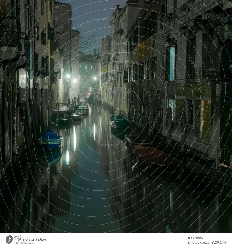 Wenn die Gondeln schlafen Stadt Haus dunkel Wege & Pfade Stimmung Fassade glänzend Verkehrswege Wasseroberfläche Altstadt Venedig Hafenstadt Kanal Bootsfahrt