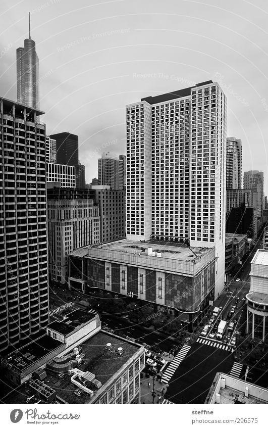 Ansichtssache Chicago USA Stadt Stadtzentrum Skyline Haus Hochhaus Verkehr Autofahren Straßenkreuzung Häuserschlucht Schwarzweißfoto Textfreiraum oben