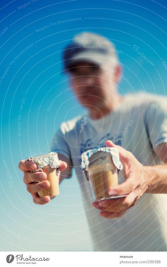 cappu to go Getränk Erfrischungsgetränk Heißgetränk Kaffee Latte Macchiato Espresso Becher Lifestyle Ausflug Sommer Sommerurlaub Sonne Mensch Mann Erwachsene