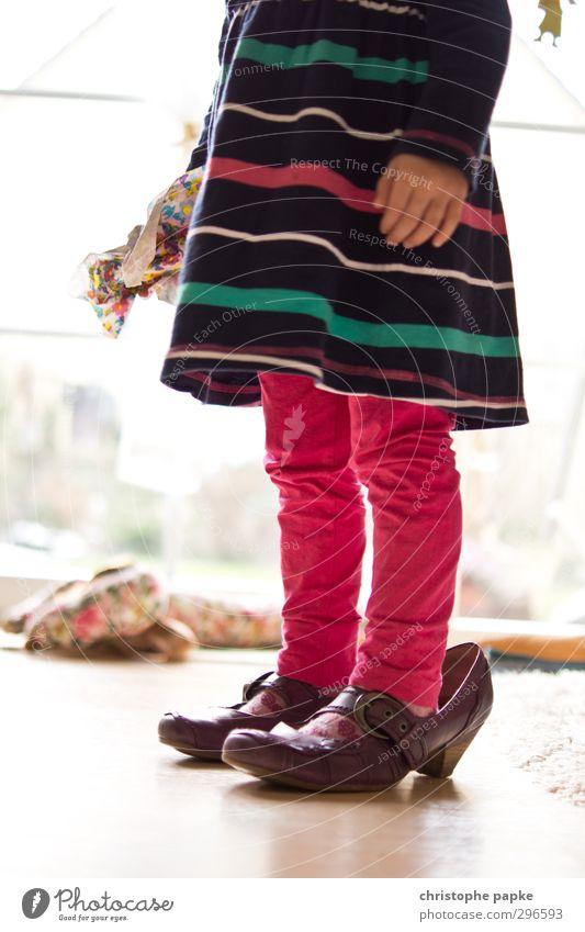 Frau wächst mit ihren Aufgaben elegant Spielen Kind Kleinkind Mädchen Kindheit 1 Mensch 1-3 Jahre Mode Schuhe Wachstum groß klein lustig Freude Lebensfreude