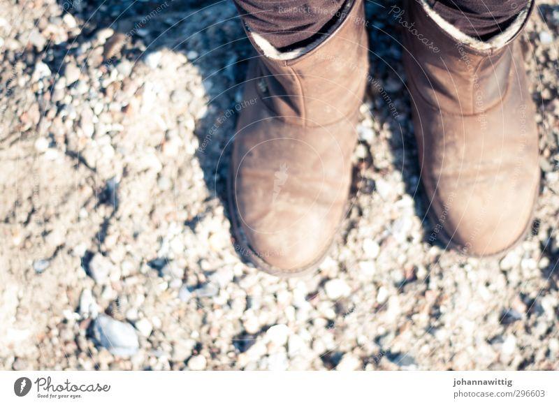 am strand mal anders Mensch Frau Natur Jugendliche Einsamkeit ruhig Erwachsene kalt Leben feminin Herbst Frühling grau Sand Fuß braun