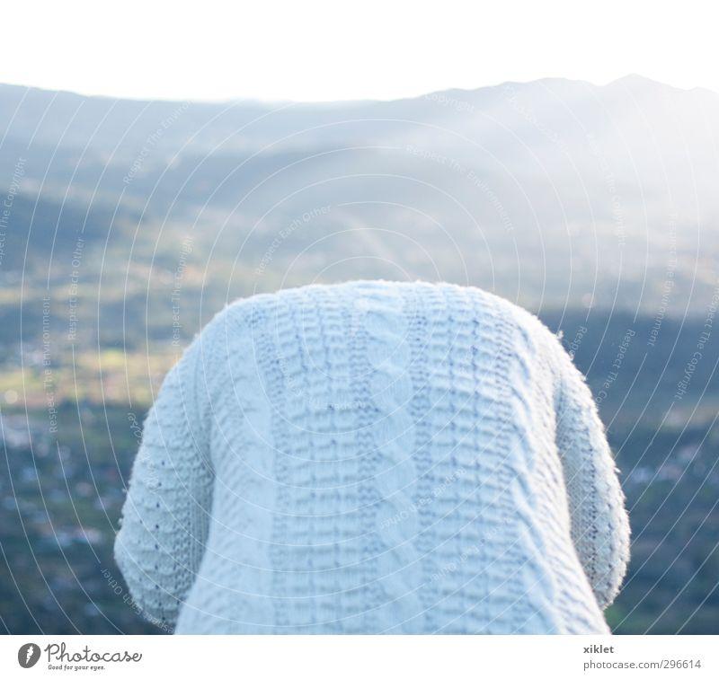 Mensch Frau schön weiß ruhig Erholung Wald Erwachsene Berge u. Gebirge feminin Traurigkeit Freiheit Denken hell Stimmung sitzen