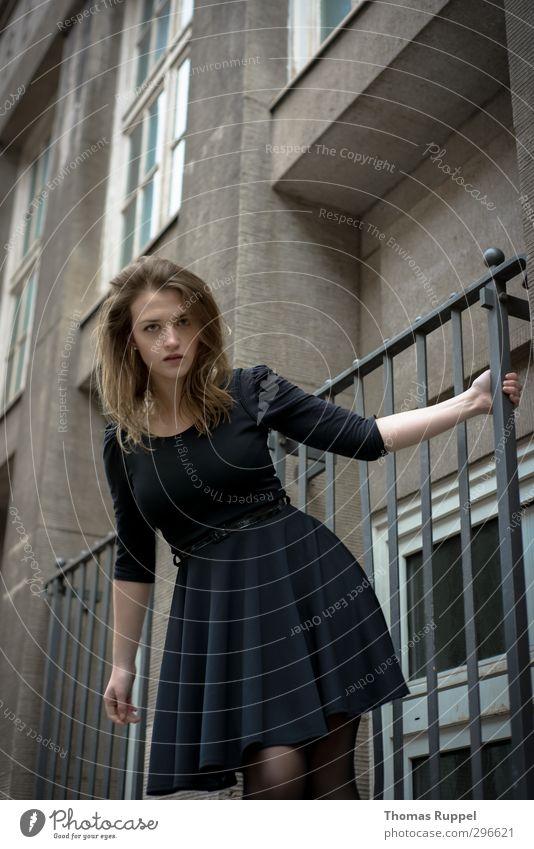 Festhalten Mensch feminin Junge Frau Jugendliche Erwachsene 1 18-30 Jahre Altstadt Haus Mauer Wand Fassade Fenster Mode Kleid Stoff brünett langhaarig Locken