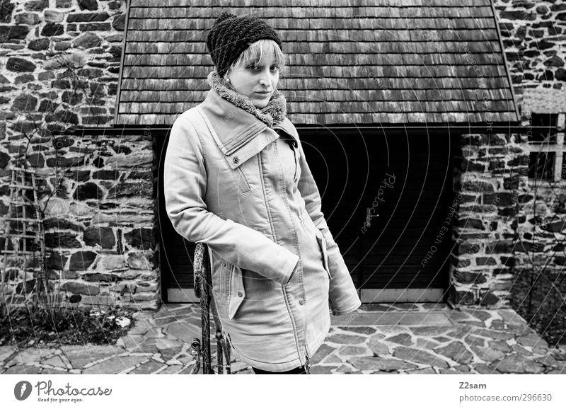 L. Mensch Jugendliche schön ruhig Winter Junge Frau Haus Erwachsene dunkel kalt feminin Traurigkeit 18-30 Jahre Fassade blond warten