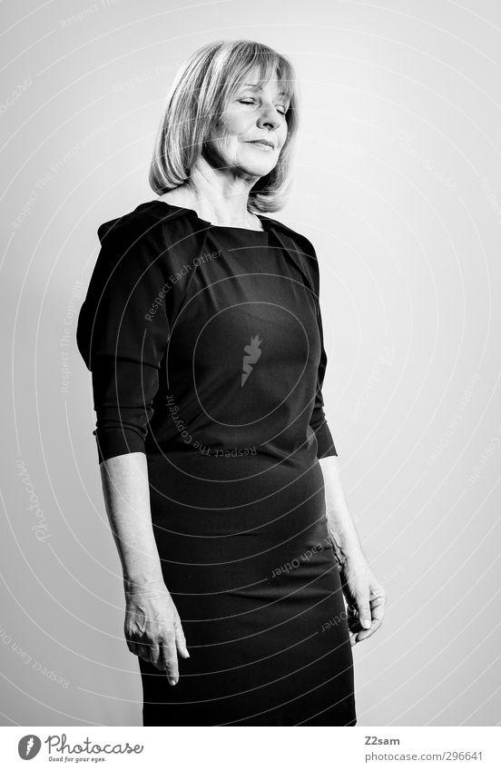 tagtraum1600! elegant schön feminin Frau Erwachsene Weiblicher Senior Mensch 45-60 Jahre Mode Kleid Abendkleid blond langhaarig Denken Freundlichkeit Glück