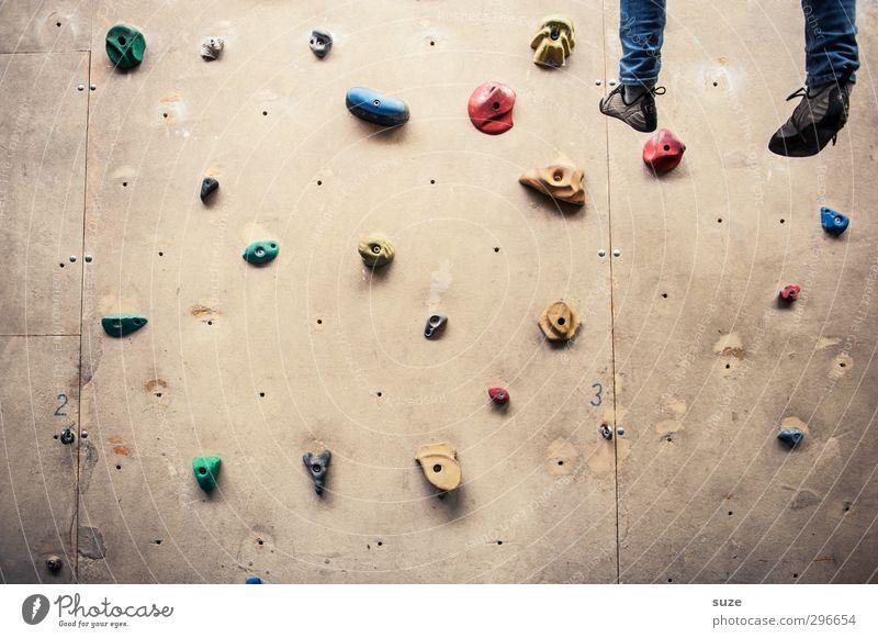 Mit gefangen, mit gehangen. Lifestyle Freude Freizeit & Hobby Sport Klettern Bergsteigen Seil Mensch Beine Fuß Mauer Wand Schuhe Kunststoff Fitness hängen hoch