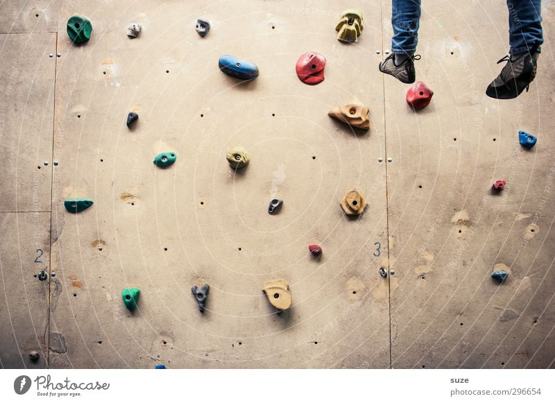 Mit gefangen, mit gehangen. Mensch Freude Wand Sport Mauer Beine Fuß Schuhe Freizeit & Hobby hoch Lifestyle Seil Fitness Kunststoff Klettern hängen
