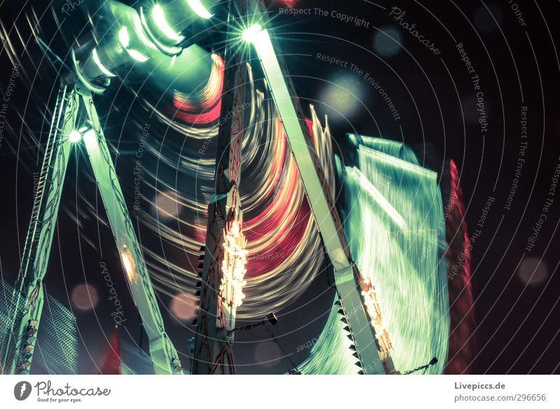 rumrummeln Nachtleben Jahrmarkt Metall drehen fahren leuchten schaukeln hell hoch grün Freude Kraft Geschwindigkeit Karussell Farbfoto Außenaufnahme Kunstlicht