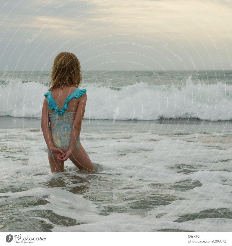 Warten auf die wilden Wellen Spielen Kinderspiel Ferien & Urlaub & Reisen Abenteuer Sommerurlaub Strand Meer Schwimmen & Baden Mensch feminin Mädchen 1