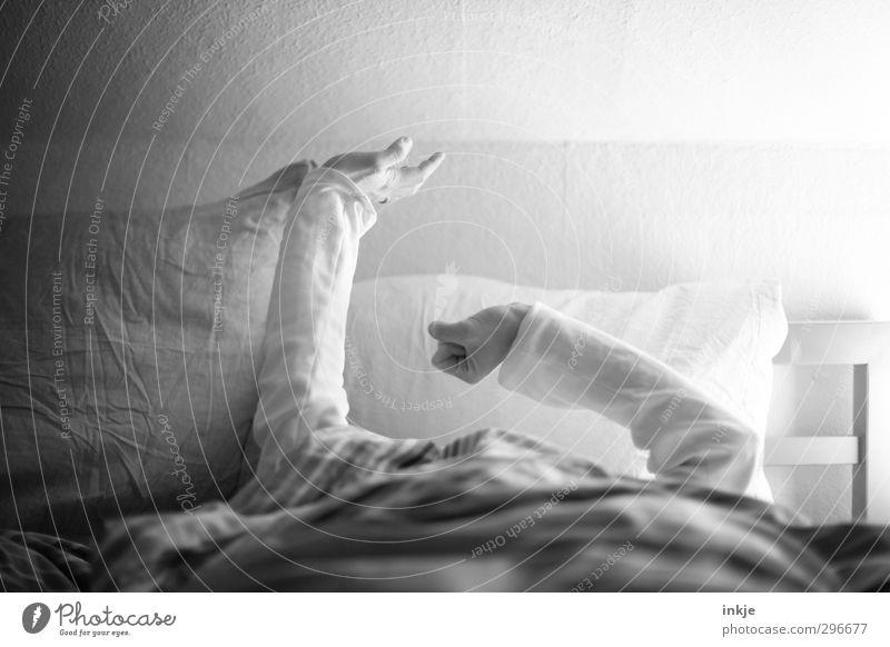 Frühjahrsmüdigkeit Lifestyle Wohlgefühl Zufriedenheit Erholung ruhig Freizeit & Hobby Häusliches Leben Wohnung Bett Schlafzimmer Frau Erwachsene Mann Arme 1
