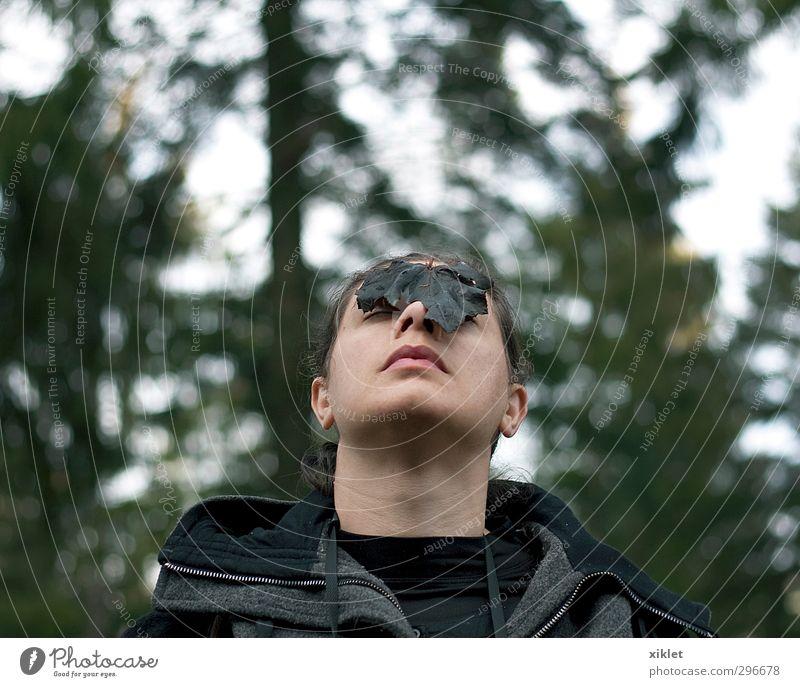Mensch Natur Jugendliche Ferien & Urlaub & Reisen grün Baum Einsamkeit Freude Blatt ruhig schwarz Junge Frau Wald Gesicht feminin Herbst