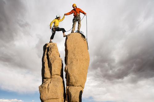 Den Gipfel erobern. Abenteuer Klettern Bergsteigen Partner 2 Mensch 30-45 Jahre Erwachsene Unwetter Helm Erfolg selbstbewußt Mut Tatkraft Höhenangst Konkurrenz