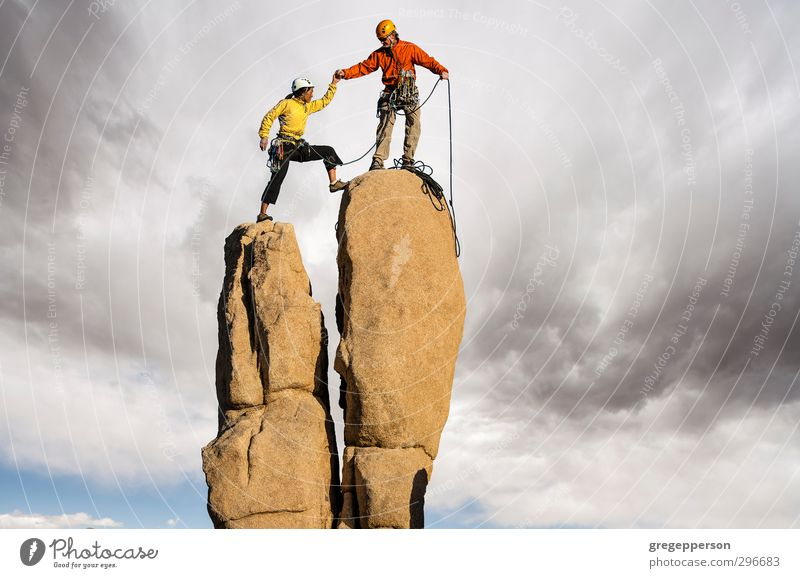 Mensch Erwachsene Erfolg Abenteuer Gipfel Klettern Höhenangst Mut Unwetter Gleichgewicht Teamwork Partner Top selbstbewußt greifen Bergsteigen