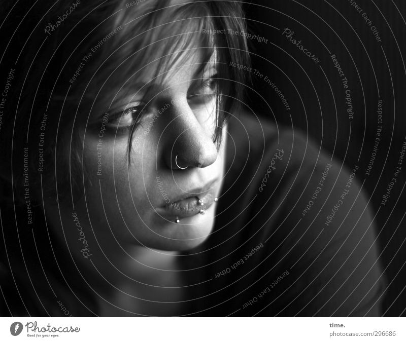 . feminin 1 Mensch Accessoire Schmuck Piercing Haare & Frisuren beobachten Blick schön Wachsamkeit Vorsicht Sehnsucht Einsamkeit Inspiration Konzentration ruhig