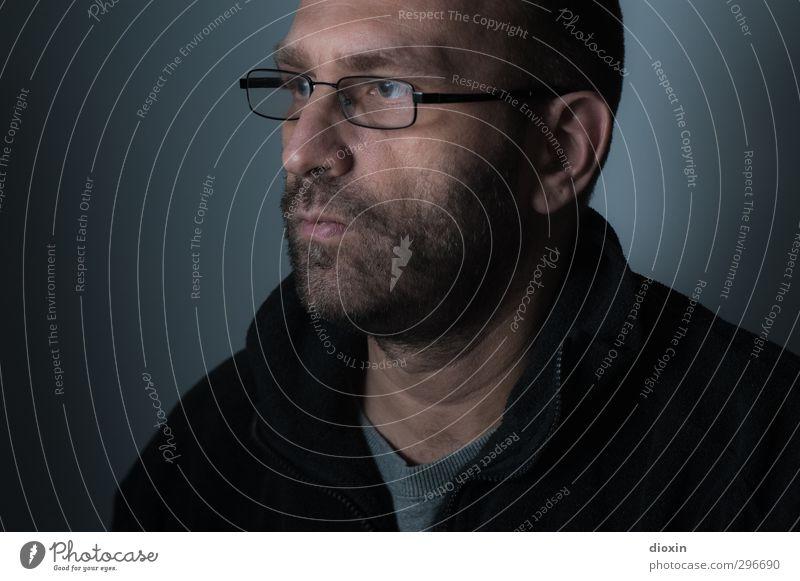 demaskiert Mensch maskulin Mann Erwachsene Kopf Bart 1 45-60 Jahre Brille Blick dunkel Farbfoto Innenaufnahme Studioaufnahme Textfreiraum links Kunstlicht