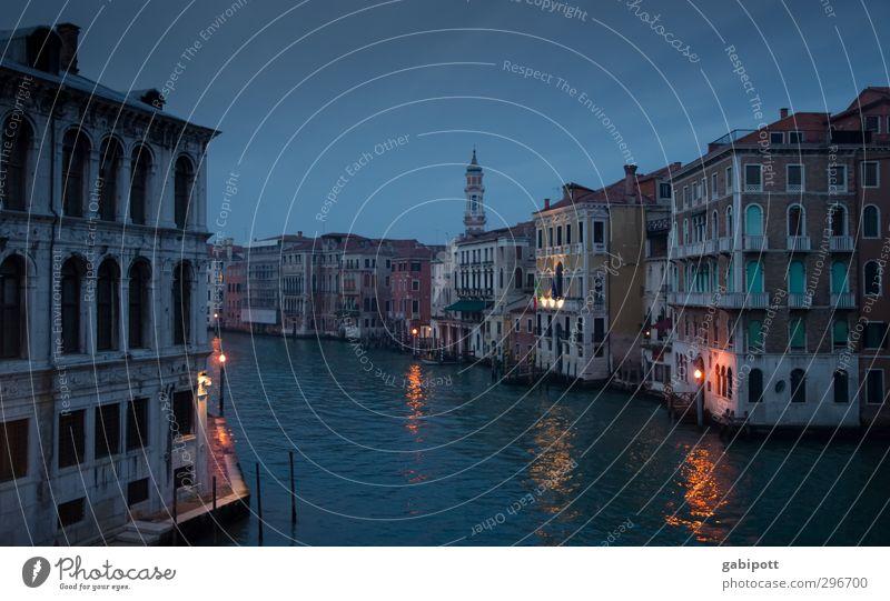 nachts sind alle gondeln grau Wasser Haus dunkel Leben Zeit Tourismus Vergänglichkeit Turm historisch Sehenswürdigkeit Nostalgie Altstadt Venedig Hafenstadt