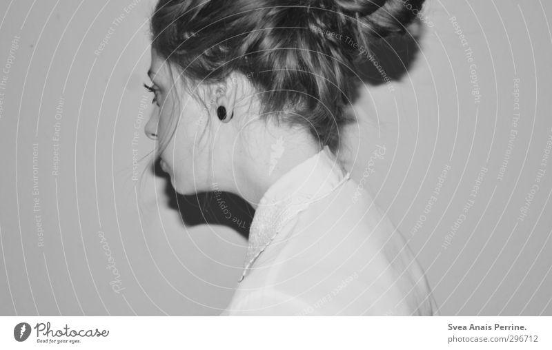 das grau unsrer zeit feminin Junge Frau Jugendliche Haare & Frisuren Gesicht 1 Mensch 18-30 Jahre Erwachsene Mode Bluse Kragen langhaarig Zopf beobachten