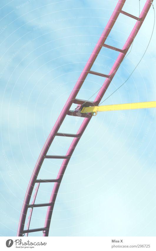 Achterbahn Feste & Feiern Jahrmarkt fahren Freude Lebensfreude Höhenangst Freizeit & Hobby Fahrgeschäfte hoch Angst Blauer Himmel Gleise Farbfoto mehrfarbig