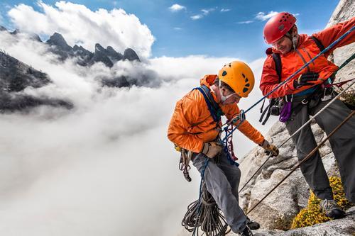 Mensch Mann Wolken Erwachsene Abenteuer Klettern Höhenangst Mut Unwetter Gleichgewicht Teamwork Top selbstbewußt greifen anstrengen Bergsteigen