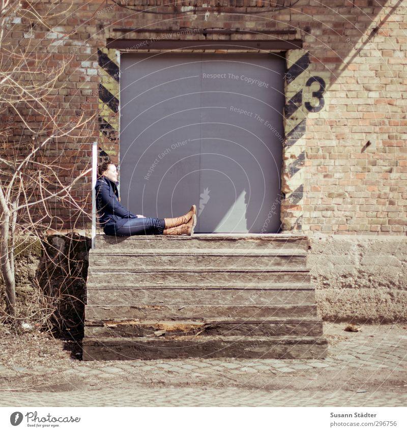sue. Mensch Stadt Junge Frau Wand Mauer Fassade Treppe sitzen 3 Sonnenbad Fabrik Eingang Industrieanlage Versand