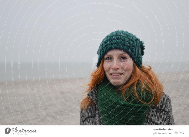 RedSun 2 Frau Natur Jugendliche Meer Freude Strand Junge Frau Erwachsene feminin 18-30 Jahre Mütze Ostsee Irritation rothaarig erstaunt staunen