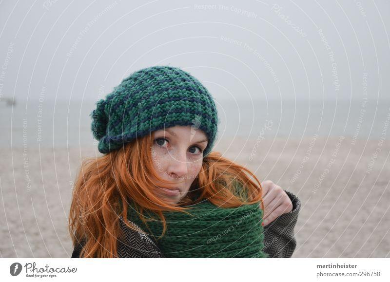 Gimme to me baby, aha aha feminin Junge Frau Jugendliche Erwachsene Natur Strand Ostsee Meer Mütze rothaarig frech verrückt Freude Unsinn lustig spaßig Tanzen