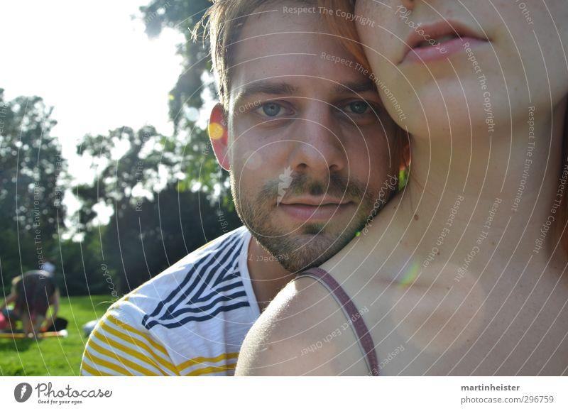 Lovestoned Jugendliche Sommer ruhig Erwachsene Liebe 18-30 Jahre Glück Zusammensein Park Lächeln Warmherzigkeit Schutz Vertrauen Geborgenheit Treue