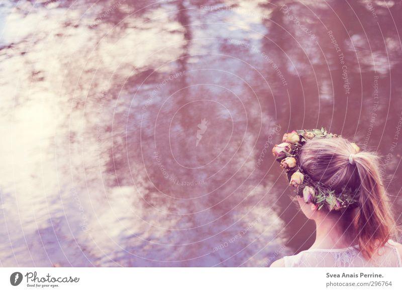 Frau Kranz. feminin Junge Frau Jugendliche Kopf Haare & Frisuren 1 Mensch 18-30 Jahre Erwachsene Frühling Sommer Schönes Wetter Wasser Fluss See Accessoire