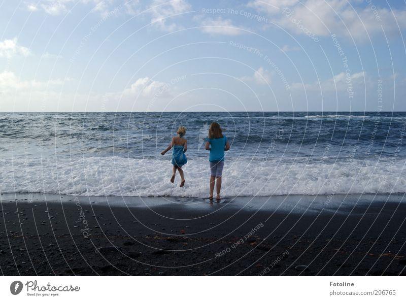 Strandvergnügen Mensch feminin Kind Mädchen Schwester Kindheit Umwelt Natur Urelemente Wasser Sommer Schönes Wetter Wellen Küste Meer hell sportlich Wärme blau